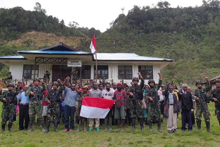 Lima anggota KKB menyerahkan diri dan menyatakan bergabung dengan NKRI di Kampung Wake, Distrik Bruwa, Kabupaten Lanny Jaya, Papua, Rabu (22/7/2020)