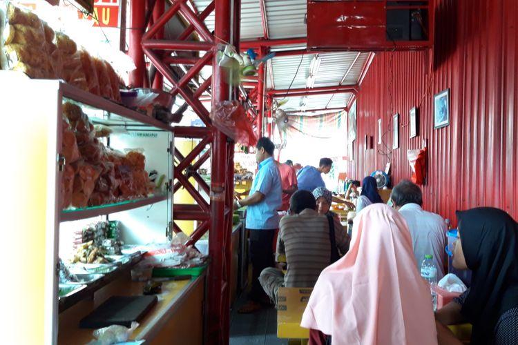 Lapak pedagang kue di Jalan Kramat, Senen, Jakarta Pusat, Jumat (3/5/2019)