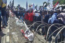 Demo Mahasiswa Surabaya, Rusak Kawat Berduri hingga Tutup Jalan Indrapura