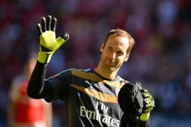 Kiper Chelsea, Petr Cech, seusai mengalahkan Chelsea 1-0 pada laga Community Shield 2015, di Stadion Wembley, Minggu (2/8/2015).