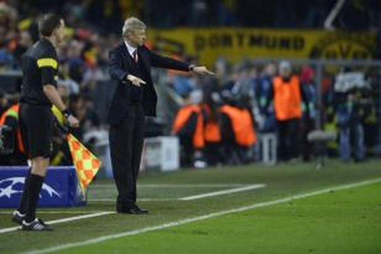 Pelatih Arsenal Arsene Wenger pada pertandingan keempat fase grup Liga Champions melawan Borussia Dortmund, di Signal Iduna Park, Rabu (6/11/2013).