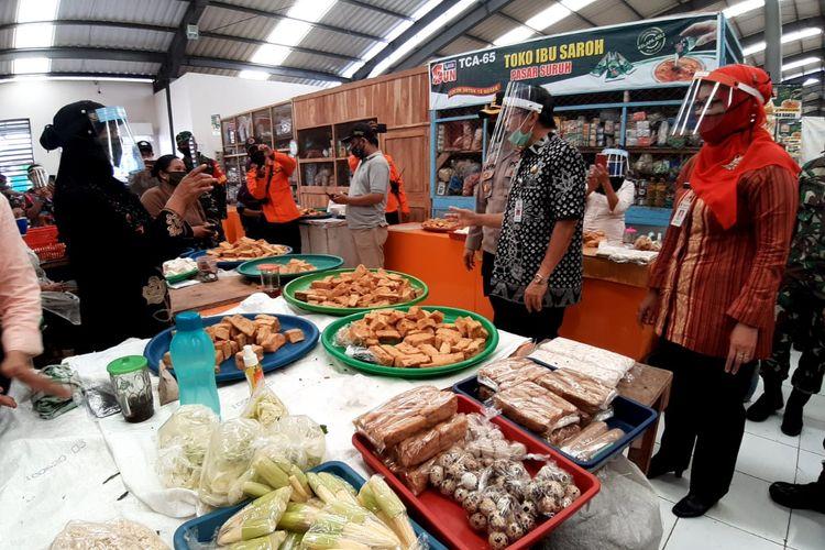 Kegiatan perekonomian di Pasar Suruh.