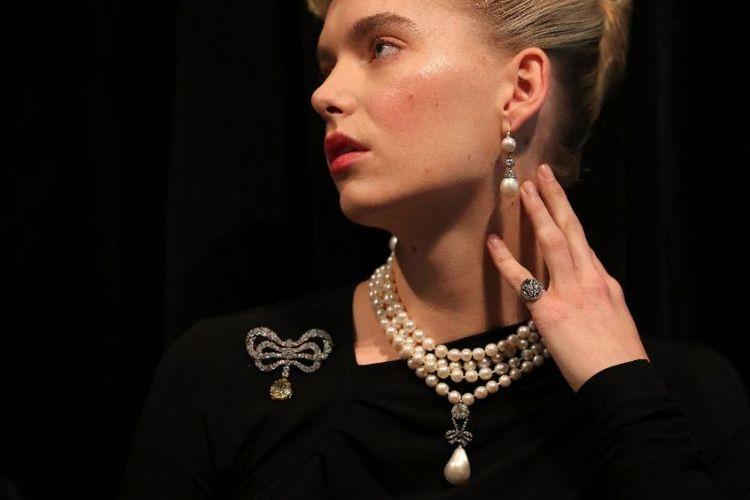 Seorang model mengenakan kalung mutiara dari Ratu Perancis Marie Antoinette, yang dieksekusi mati dalam Revolusi Perancis. Foto ini diambil pada 19 Oktober 2018. (AFP/Daniel Leal-Olivas)