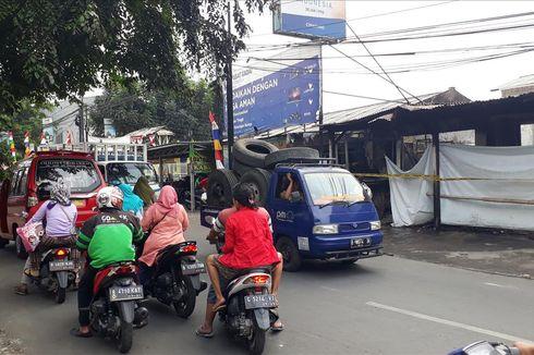Jalan Raya Cipayung Macet, Pengendara Melambat di Depan Lokasi Kebakaran Toko Plastik dan Makanan