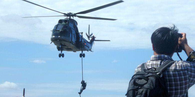 Seorang anggota Paskhas TNI AU turun dari helikopter Super Puma dengan menggunakan teknik fast-rope. Peristiwa tersebut merupakan bagian dari simulasi pembebasan sandera yang diperagakan oleh personel Satuan Detasemen Bravo 90 (Satbravo 90) Paskhas dalam rangka merayakan HUT ke-71 TNI AU di Halim Perdanakusuma, Minggu (9/4/2017).
