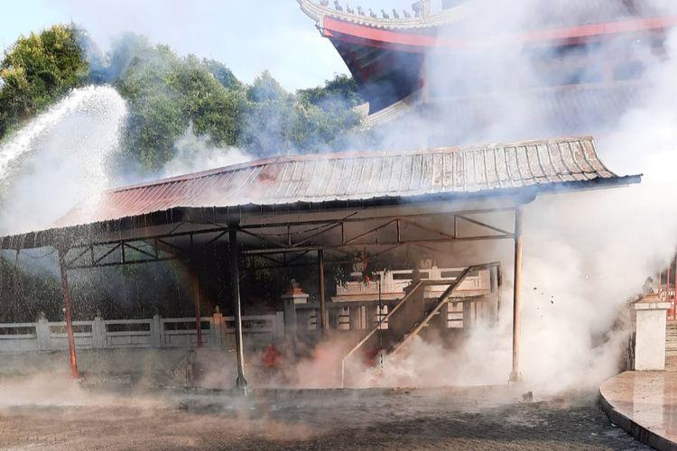 Tempat lilin yang terbakar di depan bangunan utama Sam Poo Kong Semarang, Senin (17/05/2021).