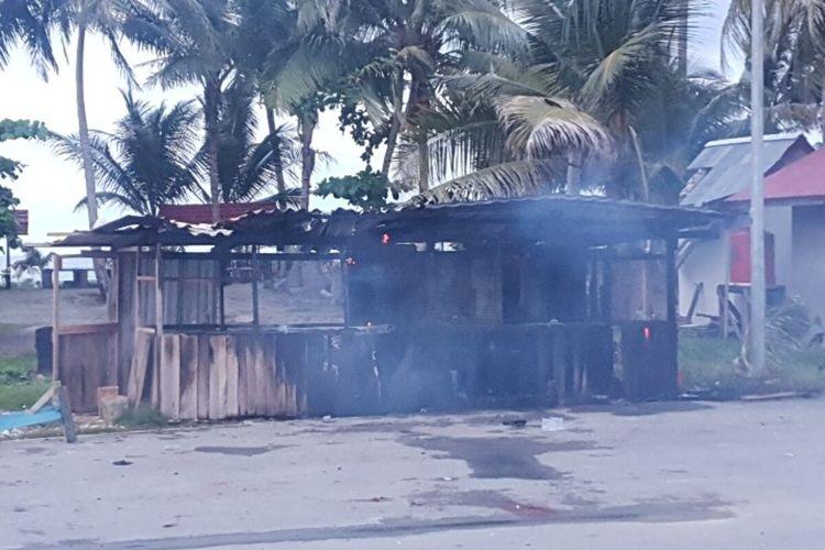 Salah satu pondok yang dibakar massa saat terjadi bentrok antara warga Kampung Enggros dengan Kampung Nafri, di kawasan Pantai Holtekam, Kota Jayapura, Papua, Kamis (10/9/2020)