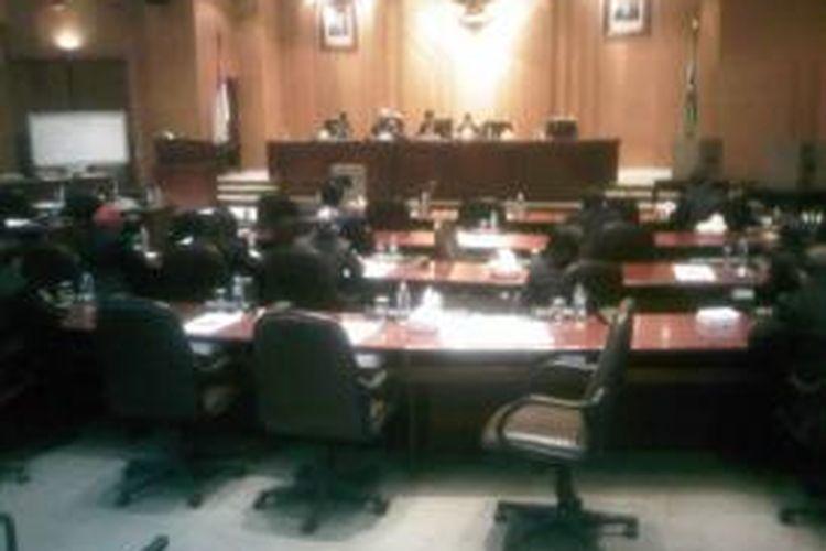 Pemilihan wawali Surabaya tertunda karena tidak kuorum.