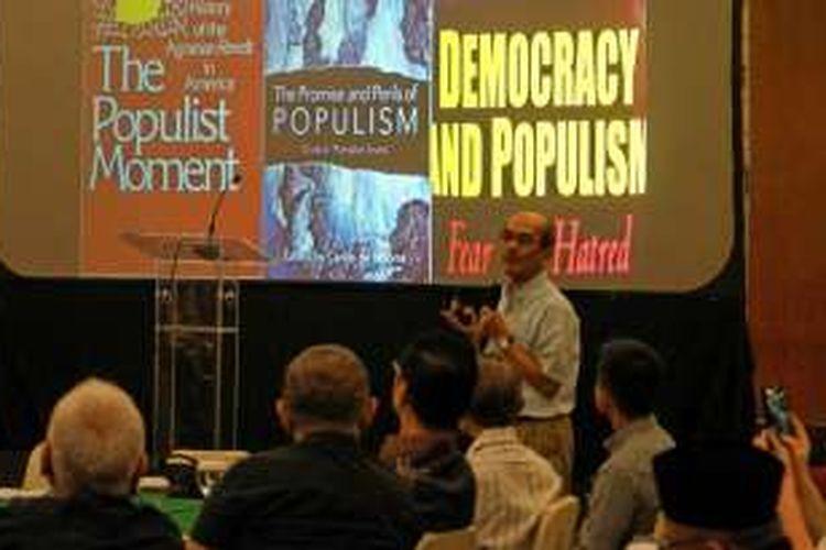 Pengamat Ekonomi Faisal Basri saat menjadi pembicara dalam diskusi 'Menyikapi Perubahan, Kebangkitan Populisme' di Balai Kartini, Jakarta Selatan, Minggu (15/1/2017).