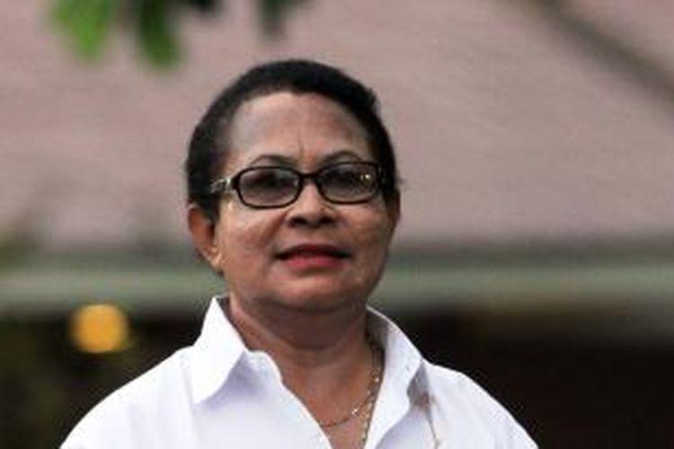 Menteri Pemberdayaan Perempuan dan Perlindungan Anak Yohana Yambise diperkenalkan oleh Presiden Joko Widodo di Istana Merdeka, Jakarta, Minggu (26/10/2014).