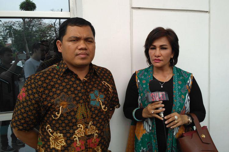 Penyanyi asal Singapura Mega Makcik (kanan) didampingi kuasa hukumnya Gus Bejo saat ditemui di Pengadilan Negeri Jakarta Timur, Penggilingan, Cakung, Rabu (23/10/2018).