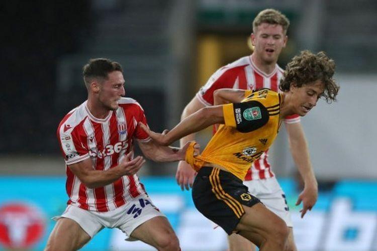 Pemain muda berbakat milik Wolves, Fabio Silva (kanan), saat berdual dengan gelandang Stoke City, Jordan Thompson.