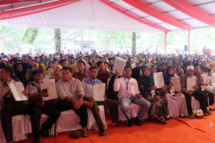 Kementerian Agraria dan Tata Ruang/Badan Pertanahan Nasional (ATR/BPN) melakukan distribusi sertipikat hak atas tanah hasil Program Strategis Nasional Pendaftaran Tanah Sistematis Lengkap (PTSL) dan Redistribusi Tanah di seluruh Indonesia.