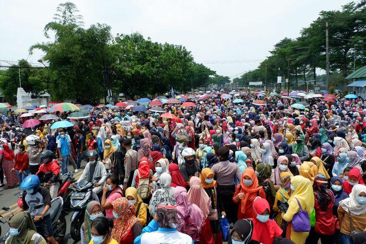 Buruh PT Nikomas Gemilang melakukan aksi unjuk rasa menolak omnibus law didepan gerbang perusahaannya