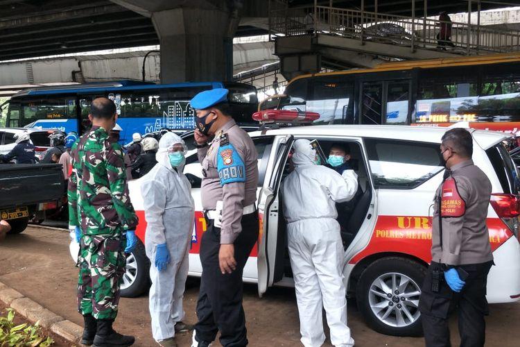 Dua orang yang dinyatakan reaktif Covid-19 usai rapid tes saat giat penyekatan di Jalan Yos Sudarso, Kelapa Gading, Jakarta Utara pada Jumat (18/12/2020), langsung dibawa ke Wisma Atlet, Kemayoran Jakarta Pusat.