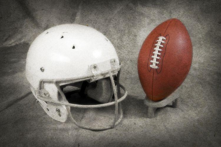 Ilustrasi - Liga futbol Amerika Serikat, NFL bersama produsen perlengkapan olahraga Oakley sedang menguji coba prototipe penutup muka yang dimodifikasi dengan lapisan pelindung N95.
