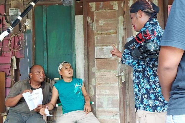 Salah satu pengambilan adegan di film Suaraku Tak Bisa Dibeli garapan komunitas angkringan Nunukan, pakde Sur dan Codot terkejut dengan kedatangan jin (Soer)