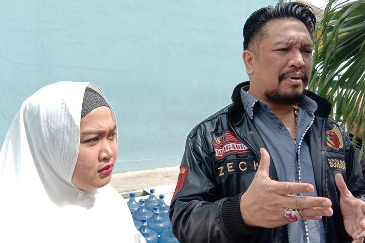 Istri Aris Idol, Rosillia Octo Fany, dan kuasa hukum Aris, Zecky Alatas, dalam wawancara di Gedung Trans, Mampang Prapatan, Jakarta Selatan, Jumat (18/1/2019).