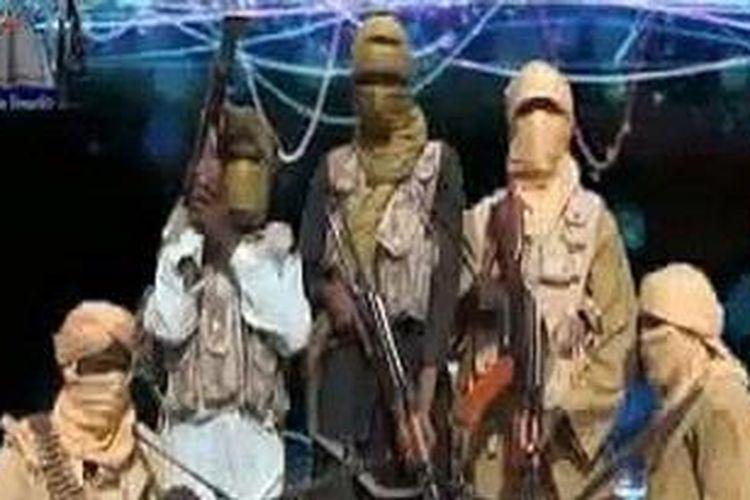 Sebuah foto yang diambil dari sebuah video yang dirilis kelompok militan Ansaru pada 24 Desember 2012. Kelompok ini mengklaim telah menyandera tujuh warga negara asing yang bekerja di sebuah lokasi konstruksi di Nigeria.