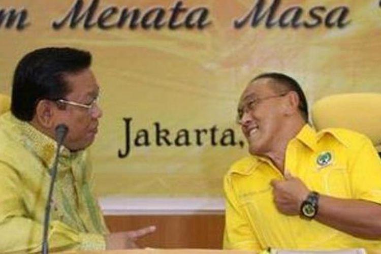 Aburizal Bakrie (kanan) berbincang dengan Agung Laksono.