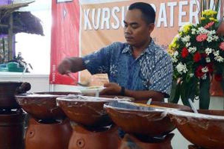 Penjual Lontong Cap Gomeh sedang meracik pesanan pembeli di Pesta Kuliner Nusantara di Parkir Timur Senayan, 30 Agustus hingga 1 September 2013.