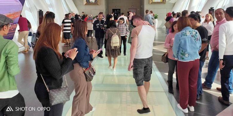 Pada hari libur, pengunjung Dubai Frame cukup padat. Dubai merupakan kota dengan populasi imigran lebih banyak dibanding warga lokal.