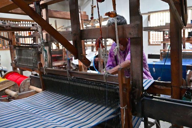 Perajin yang terlibat dalam pembuatan produk Ikat Indonesia.