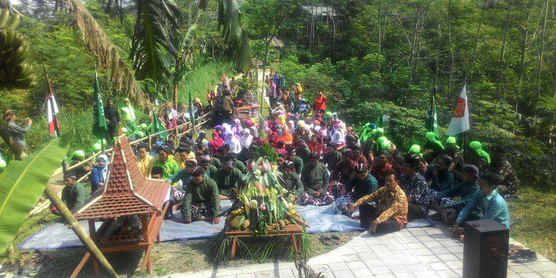 Destinasi wisata di ketinggian Bukit Menoreh merupakan andalan Kecamatan Samigaluh, Kulon Progo, khususnya di Dusun Tritis. Tiap tahun berlangsung tradisi nyadran dan merti dusun, sekaligus kirab melewati beberapa destinasi. Mereka berharap melalui tradisi yang masih bertahn ini akan mampu meningkatkan kunjungan wisatawan.