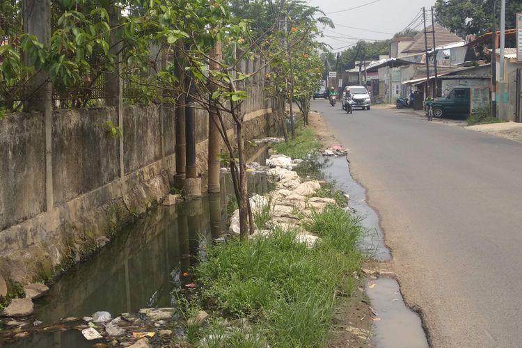 Kondisi saluran air di depan Pemakaman Kedaung di Jalan Muchtar Raya, Pesanggrahan, Jakarta Selatan, Rabu (17/10/2018).