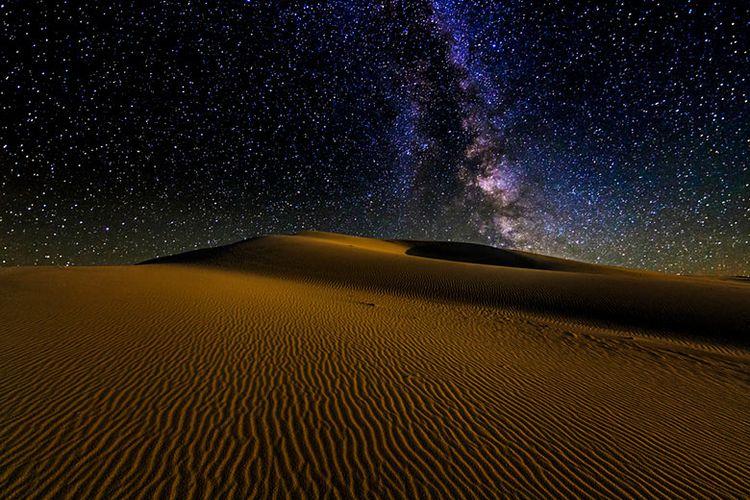 Malam hari di gurun pasir.