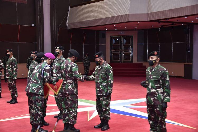 Panglima TNI Marsekal Hadi Tjahjanto memimpin upacara penyerahan jabatan dan serah terima jabatan (sertijab) terhadap enam jabatan strategis di lingkungan TNI yang berlangsung di Mabes TNI, Cilangkap, Jakarta Timur, Jumat (30/4/2021).