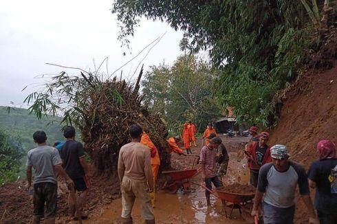 Tebing 7 Meter Longsor Putus Akses Jalan di Sumedang
