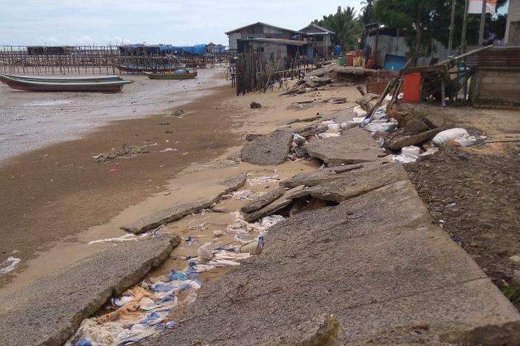 Abrasi di pantai Desa Aru, Pulau Sebatik, Kalimantan Utara.