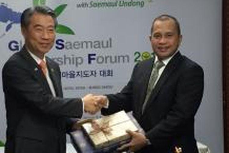 Menteri Desa Marwan Jafar (kanan) menerima kenang-kenangan dari Menteri Dalam Negeri Korea Selatan Chong Jong-Sup (kiri) pada pertemuan Global Saemaul Leadership Forum (GSLF) 2015, di Kota Daegu, Korea Selatan.