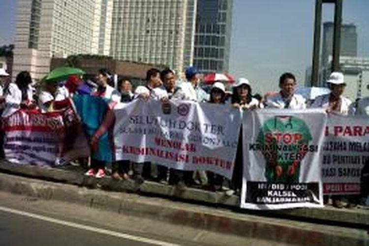 Dokter Demo di Bunderan HI  Ratusan dokter yang tergabung dalam ikatan dokter Indonesia (IDI) telah berkumpul memadati Bunderan Indonesia, Rabu (27/11/2013).Kompas.com/Ummi Hadyah Saleh