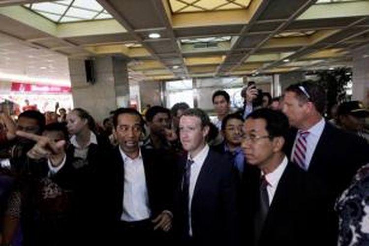 Gubernur DKI Jakarta yang juga presiden terpilih Joko Widodo (kiri) bersama CEO Facebook Mark Zuckerberg (tiga kanan) mengunjungi Blok A Pasar Tanah Abang, Jakarta, Senin (13/10/2014).