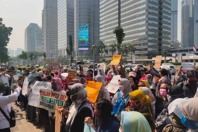 Aksi demonstrasi memprotes seleksi PPDB DKI berdasarkan usia di depan Gedung Kementerian Pendidikan dan Kebudayaan (Kemendikbud), Senin (29/6/2020)
