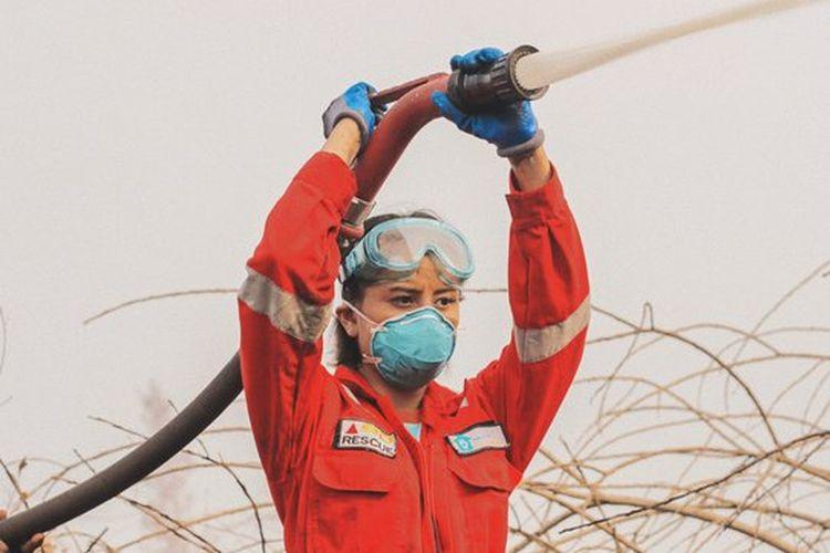 Selebgram Awkarin saat turut dalam aksi pemadaman kebakaran hutan dan lahan di Kalimantan.