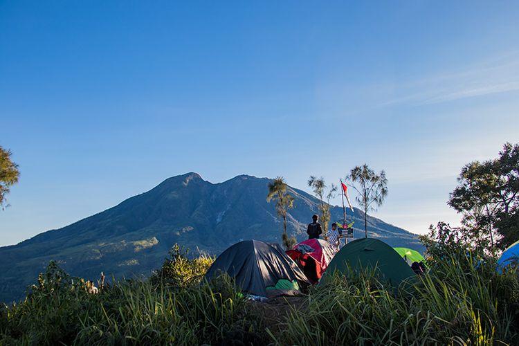 Pendaki Berkemah di Puncak Candi Mongkrang 1.