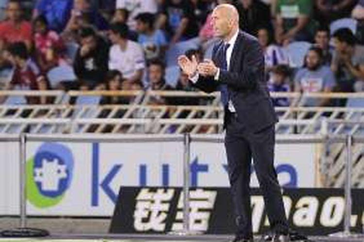 Pelatih Real Madrid, Zinedine Zidane, memberikan arahan kepada para pemainnya saat laga La Liga kontra Real Sociedad, di Estadio Anoeta, Minggu (21/8/2016) waktu setempat.