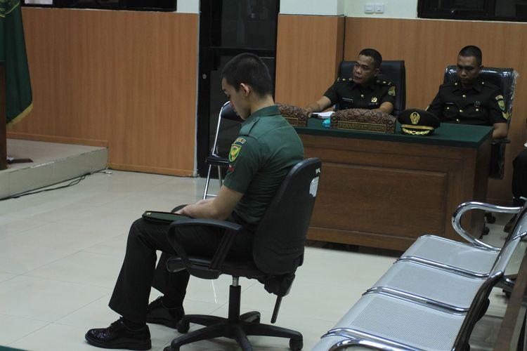 Prada DP terlihat mengantuk saat menjalani sidang dengan agenda vonis di Pengadilan Militer I-04 Palembang, Kamis (26/9/2019).