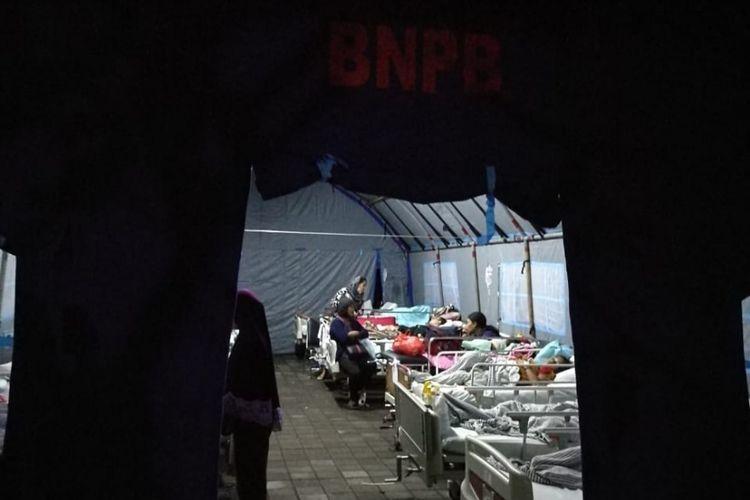 Takut kembali terjadi gempa, sejumlah pasien Rumah Sakit (RS) Sanglah di Bali memilih menginap di tenda yang disiapkan BPBD, Minggu (5/8/2018) malam.