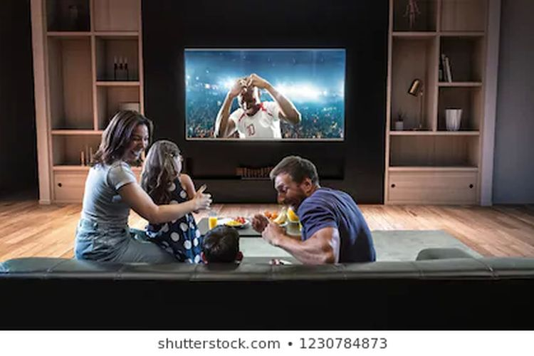 Ilustrasi keluarga menonton televisi (Dok.Shutterstock ? 1230784873)