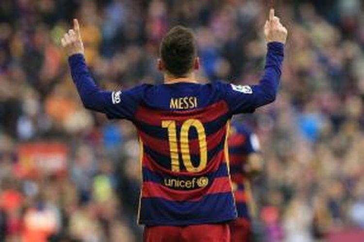 Pemain Barcelona, Lionel Messi, melakukan selebrasi setelah membobol gawang Deportivo La Coruna pada lanjutan Divisi Primera La Liga di Stadion Camp Nou, 12 Desember 2015.