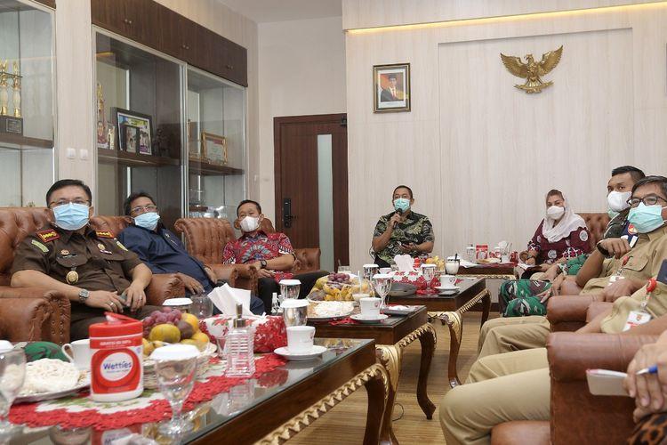 Wali Kota Semarang Hendrar Prihadi atau yang dikenal Hendi saat memimpin rapat evaluasi PKM bersama sejumlah pejabat daerah terkait, Senin (18/1/2021).