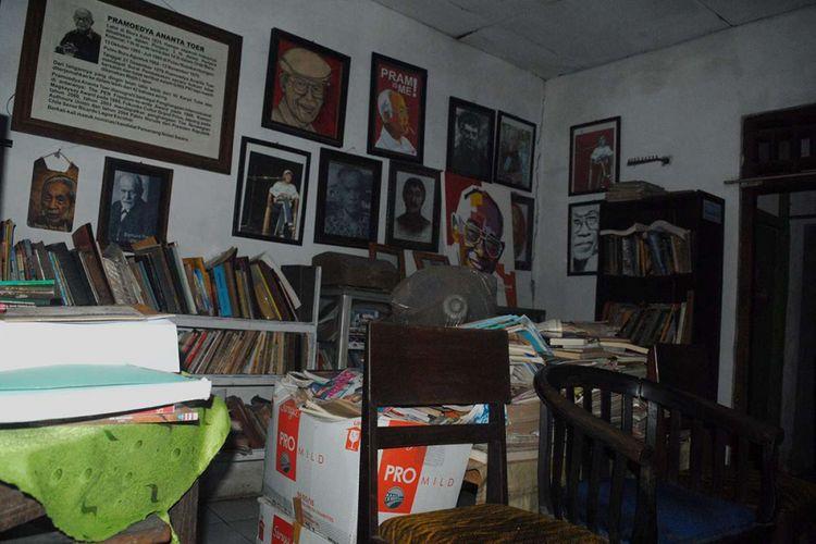 Sejumlah koleksi buku, foto, dan lukisan bergambar Pramoedya Ananta Tour, di dalam rumah Soesilo Toer di Jalan Sumbawa Nomor 40, Kelurahan Jetis, Kabupaten Blora, Jawa Tengah, Kamis (31/5/2018) sore. Soesilo Tour yang memiliki gelar doktor dan kini sehari-hari mengadu nasib dengan memulung tersebut merupakan adik kandung almarhum Pramoedya Ananta Tour, sastrawan dan penulis Tanah Air yang kiprahnya mendunia.