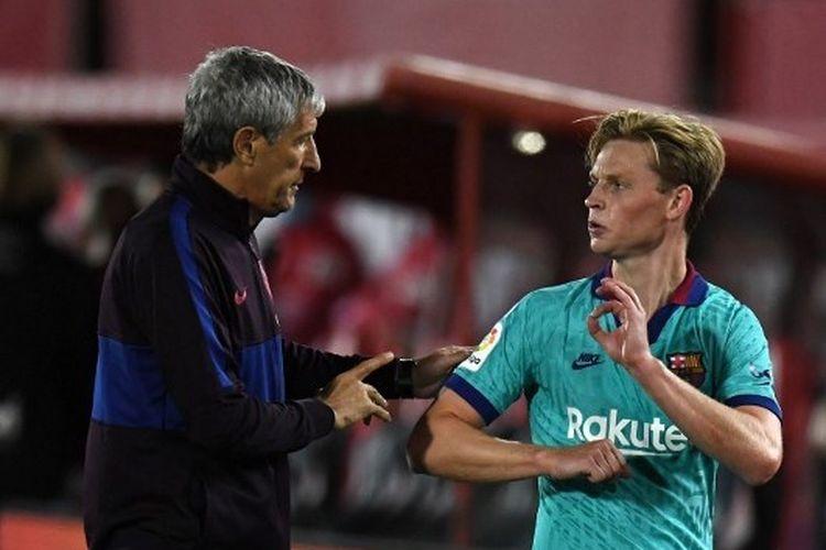 Quique Setien berbicara dengan Frenkie de Jong dalam laga Real Mallorca vs Barcelona pada lanjutan pekan ke-28 La Liga yang digelar di Stadion Son Moix, Minggu (14/6/2020) dini hari WIB.