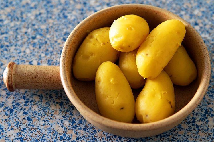 Ilustrasi kentang kupas yang bisa disimpan dalam kulkas atau langsung dimasak.