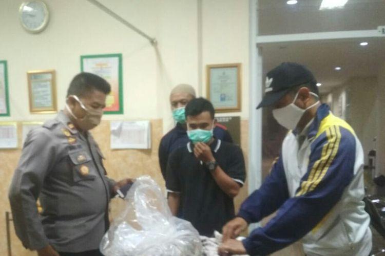 Petugas tengah memeriksa kondisi mayat bayi baru lahir yang ditemukan di sungai di Kecamatan Takokak, Kabupaten Cianjur, Jawa Barat