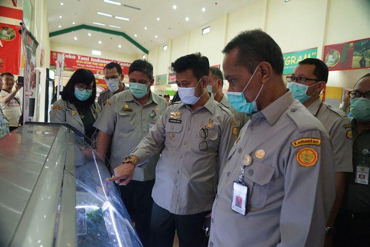 Menteri Pertanian saat mengunjungi Toko Tani Indonesia Center Jakarta
